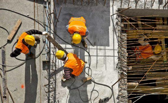 Polscy pracownicy budowlani na budowie przy zbrojeniach