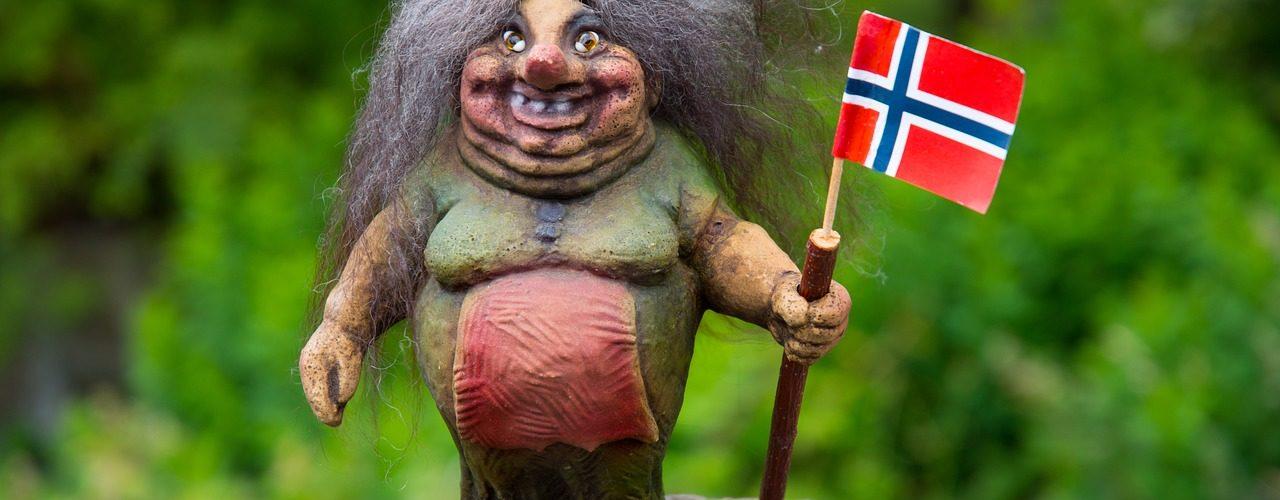 brzydka figurka uśmiechniętej grube wiedźmi z flagą norweską
